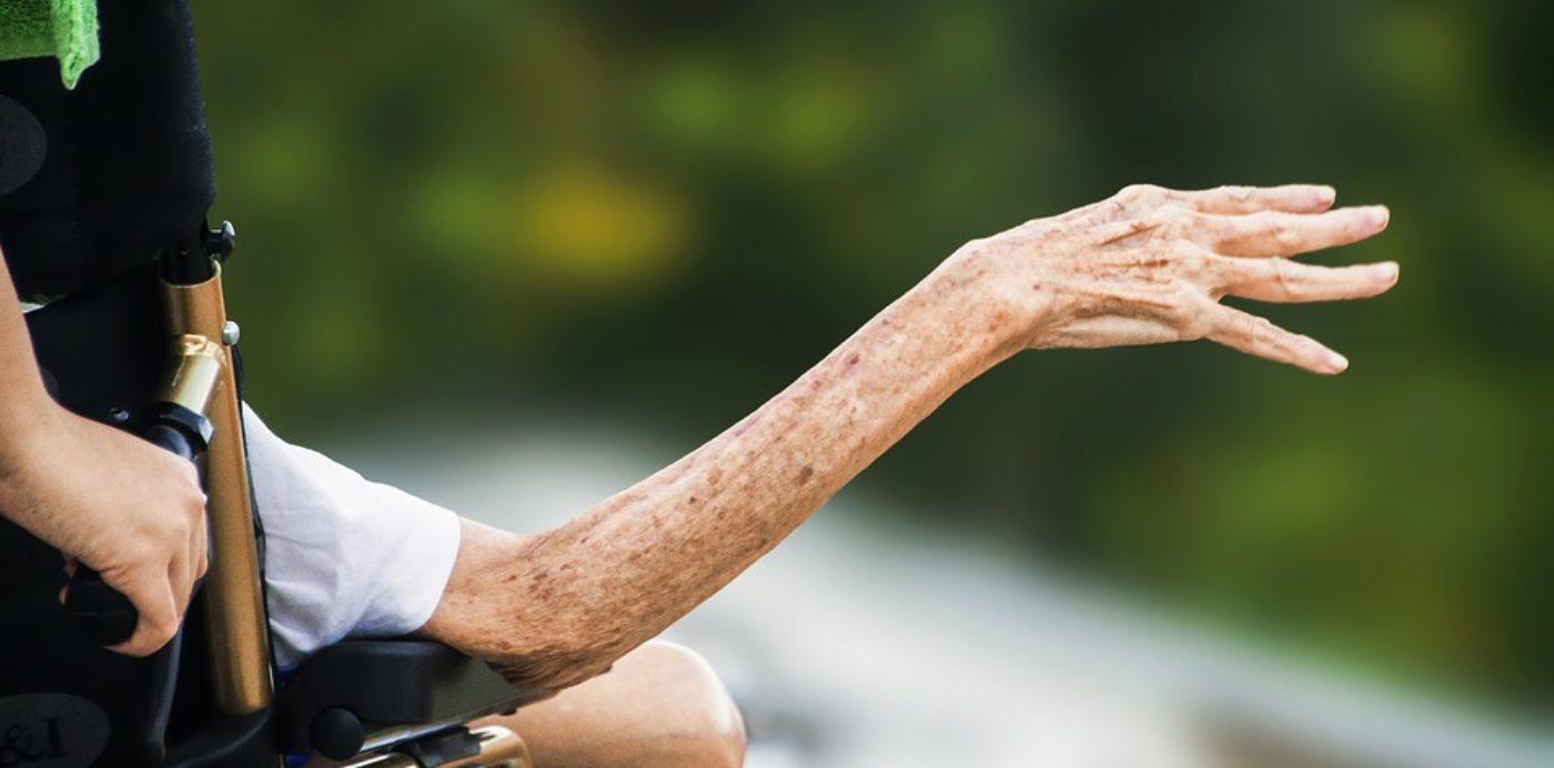 Le ripercussioni emotive del caregiver famigliare quando istituzionalizza l'anziano (con audio dell'articolo)